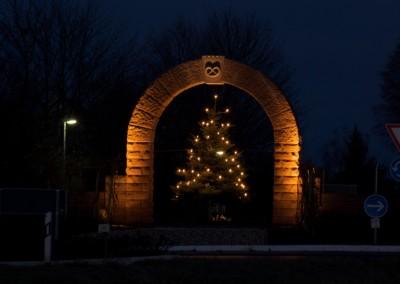 Torbogen am Ortseingang, weihnachtlich geschmückt